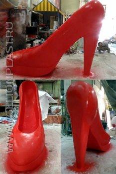 Красная туфелька из пенопласта высотой два метра