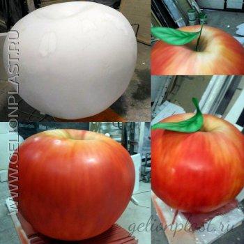Большое красное яблоко из пенопласта.