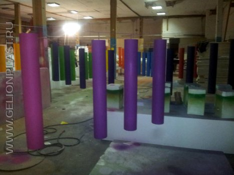 Разноцветные цилиндры из пенопласта