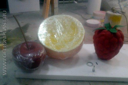 Ягоды и апельсин из пенопласта в упаковке