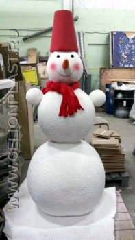 """Снеговик с красным """"ведром"""", шарфом и морковкой из пенопласта"""