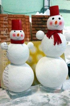 Три снеговика из пенопласта