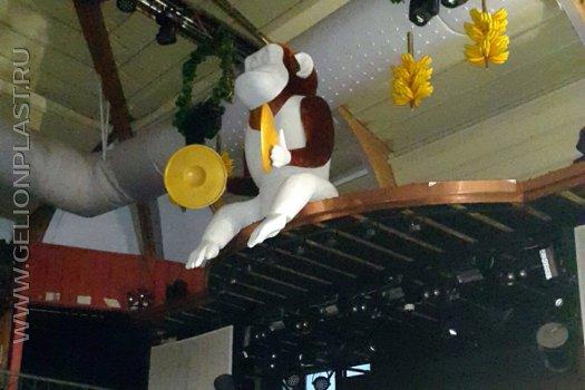 Пенопластовая обезьянка с тарелками в клубе GIPSY