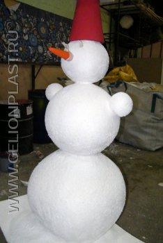 """Снеговик с красным """"ведром"""" и морковкой из пенопласта"""