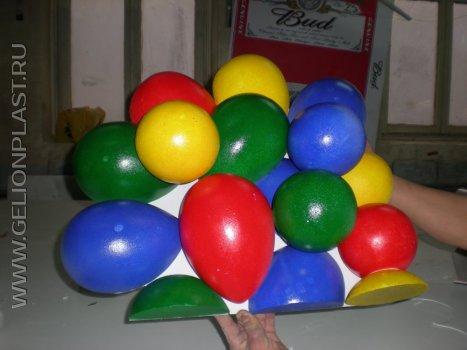 Композиция из небольших разноцветных пенопластовых яиц