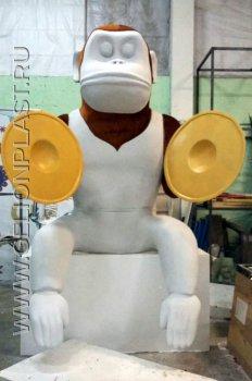 Пенопластовая игрушечная заводная обезьянка, в которую вселился злой дух