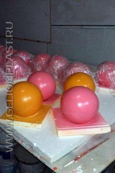 Розовые и оранжевые шарики из пенопласта