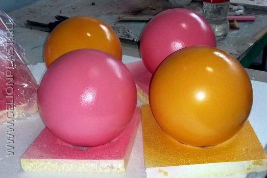 Небольшие розовые и оранжевые шары из пенопласта