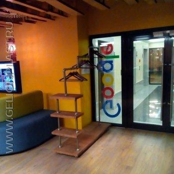Оформление офиса GOOGLE Space: вешалка для одежды