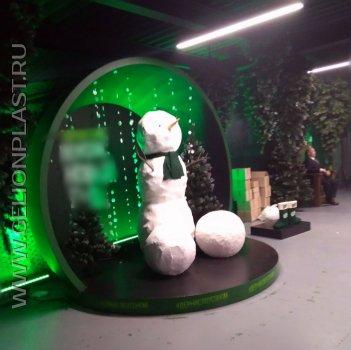 Новогодняя фотозона со снеговиком из пенопласта