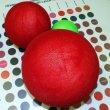 Красные и зеленый шары из пенопласта